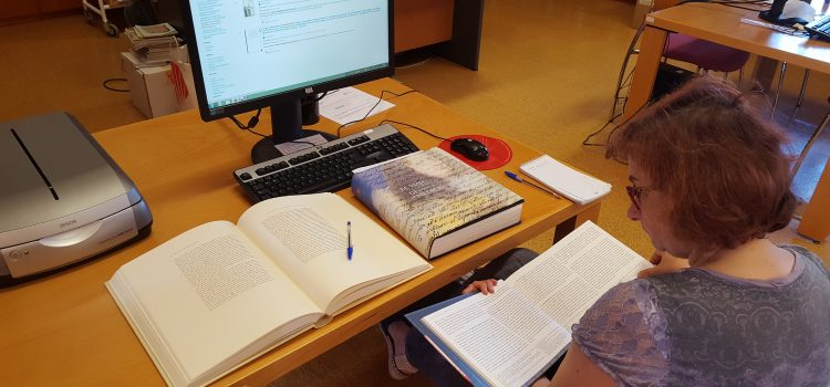 THE GALICIAN HISTORY TEACHER AMELIA CAROU SEARCHING FOR INFORMATION ABOUT COSIMO´S JOURNEY IN THE LIBRARY OF THE MUSEO DE LAS PEREGRINACIONES IN SANTIAGO DE COMPOSTELA. BEGINNING OF THE PROJECT.