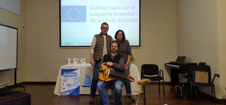 ERASMUS+. CULTURAL WEEK IN IES NÚMERO 1 RIBEIRA (SPAIN). GERMÁN DÍAZ SHOWS US A WORKSHOP WITH THE HURDY GURDY (A MEDIEVAL WHEEL INSTRUMENT)